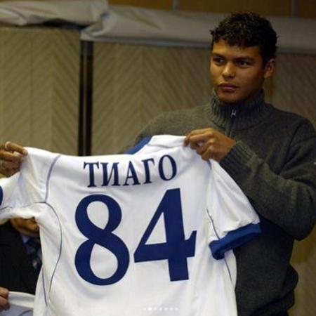 Thiago Silva posa com camisa do Dínamo Moscou em chegada à Rússia, em 2005 - Arquivo Pessoal