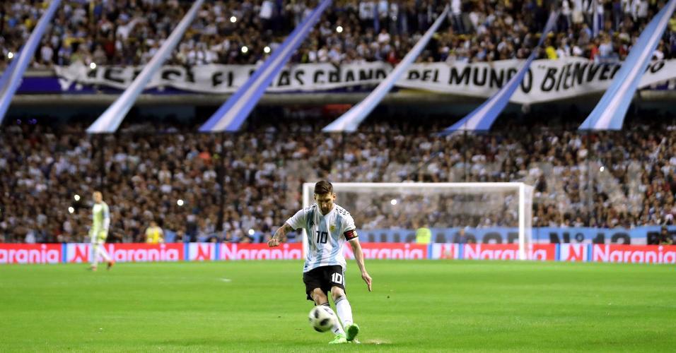Messi cobra pênalti em frente à torcida em amistoso entre Argentina e Haiti, na Bombonera