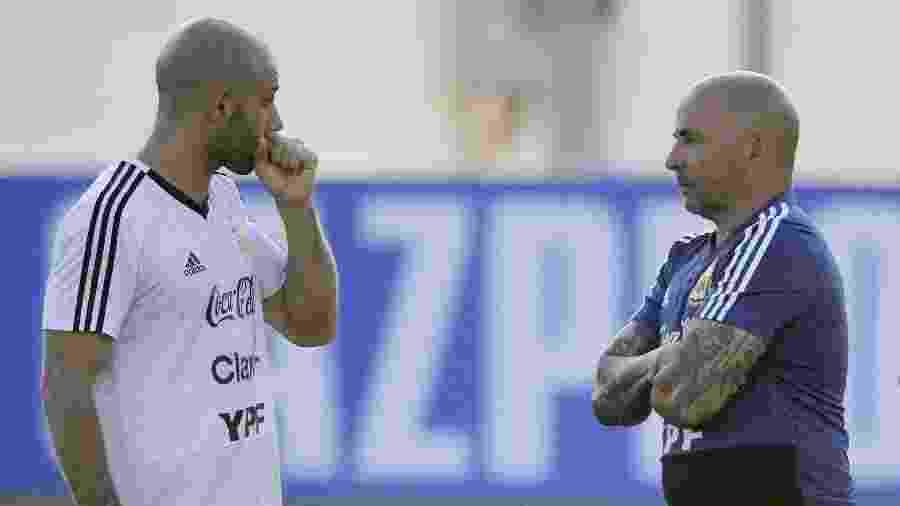 O técnico Jorge Sampaoli conversa com Javier Mascherano durante treino da seleção argentina - Juan Mabromata/AFP