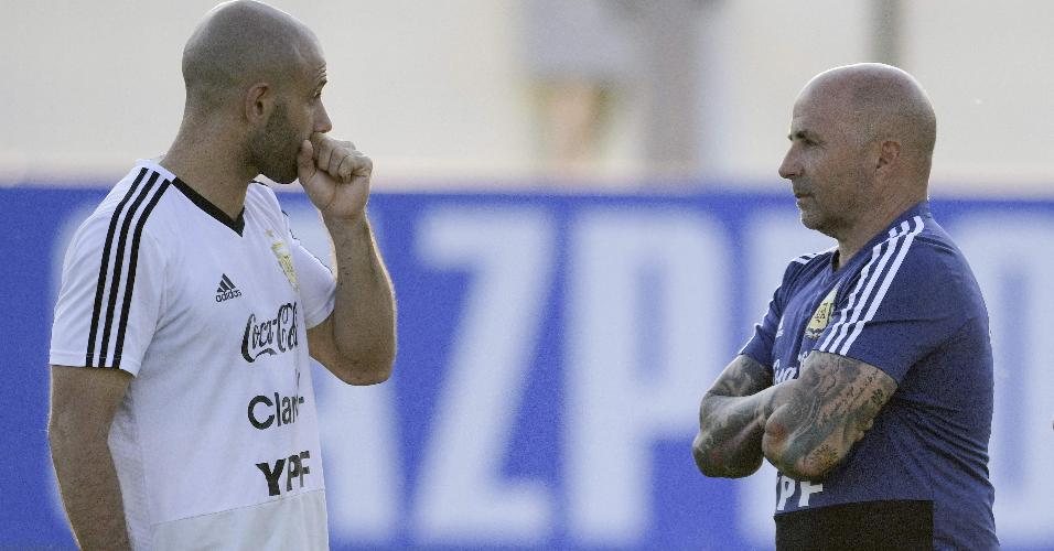 O técnico Jorge Sampaoli conversa com Javier Mascherano durante treino da seleção argentina