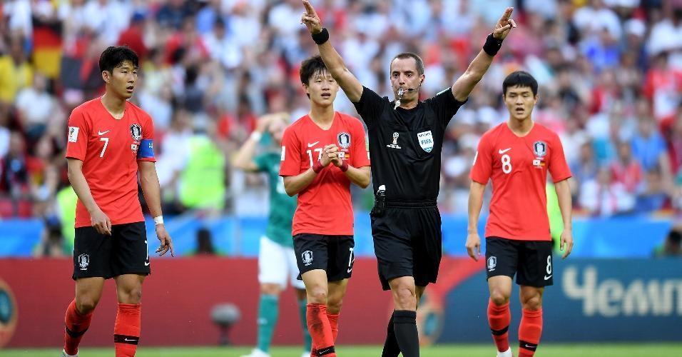 O árbitro Mark Geiger sinaliza que vai revisar o lance em vídeo no jogo entre Coreia do Sul e Alemanha