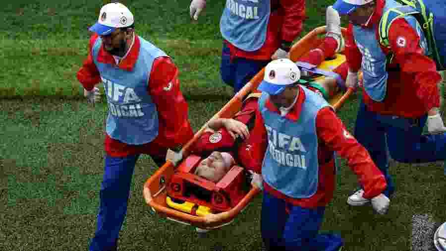 O volante da Dinamarca William Kvist deixa o gramado de maca após sofrer lesão na costela em duelo contra o Peru - Jan Kruger/Getty Images