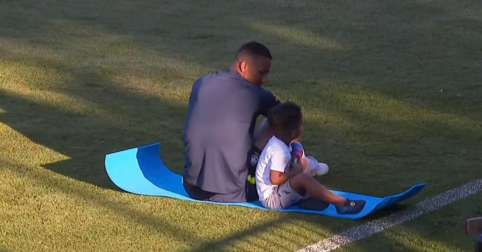 Danilo com o filho durante treino da seleção brasileira