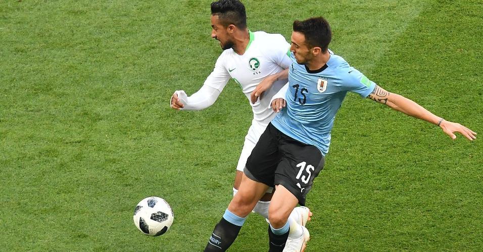 Hatan Babhir, da Arábia Saudita, disputa bola com Matias Vecino, do Uruguai