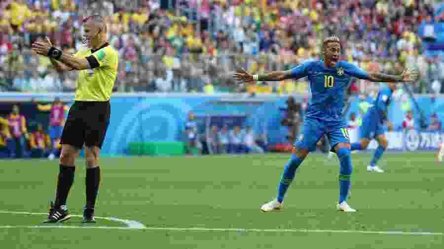 Neymar reclama do árbitro Bjorn Kuipers na partida entre Brasil e Costa Rica - REUTERS/Marcos Brindicci