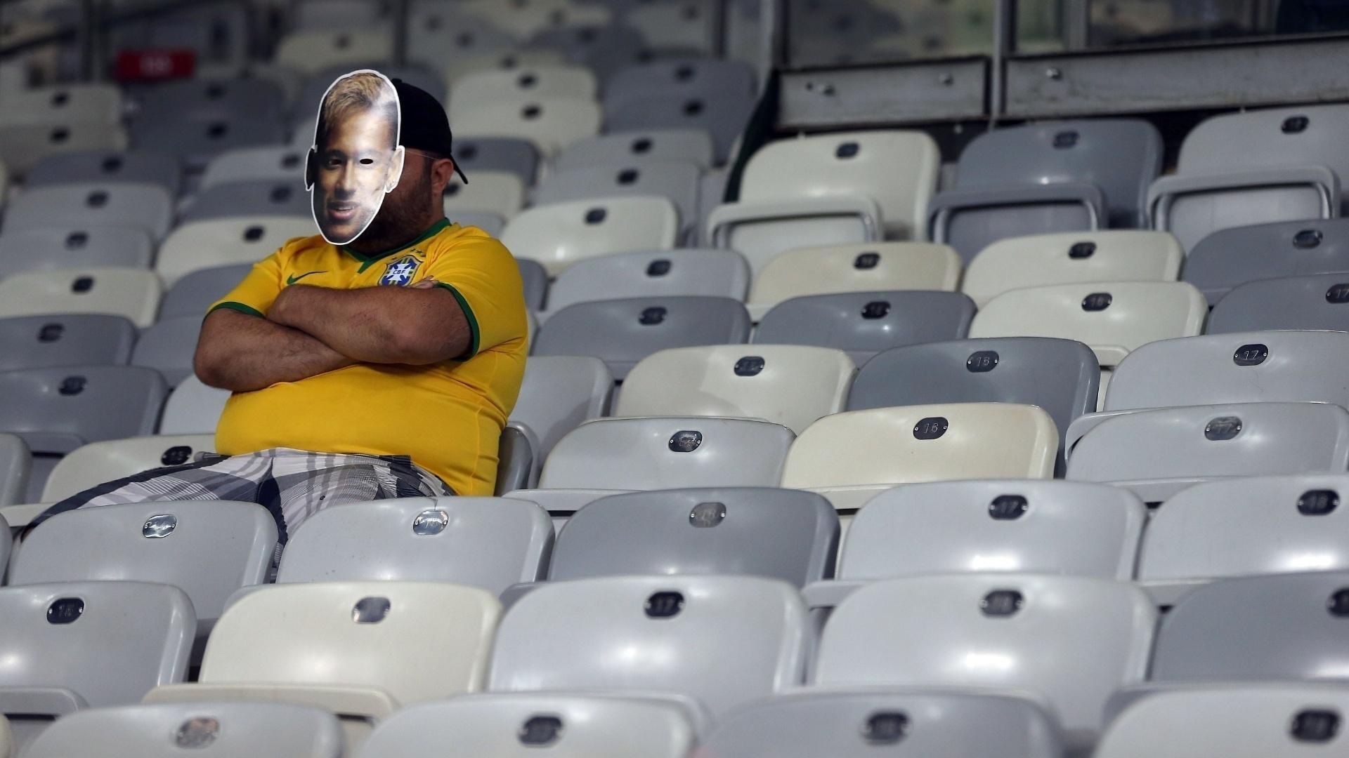 Torcedor brasileiro solitário na arquibancada no Mineirão parece não acreditar na derrota por 7 a 1 para Alemanha