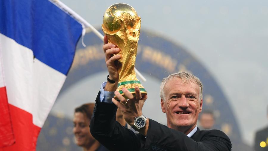 Didier Deschamps ergue a taça da Copa do Mundo - Shaun Botterill/Getty Images