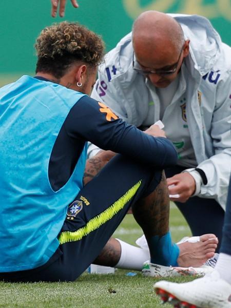 Neymar recebe atenção do massagista durante treino da seleção brasileira - Peter Cziborra/Reuters