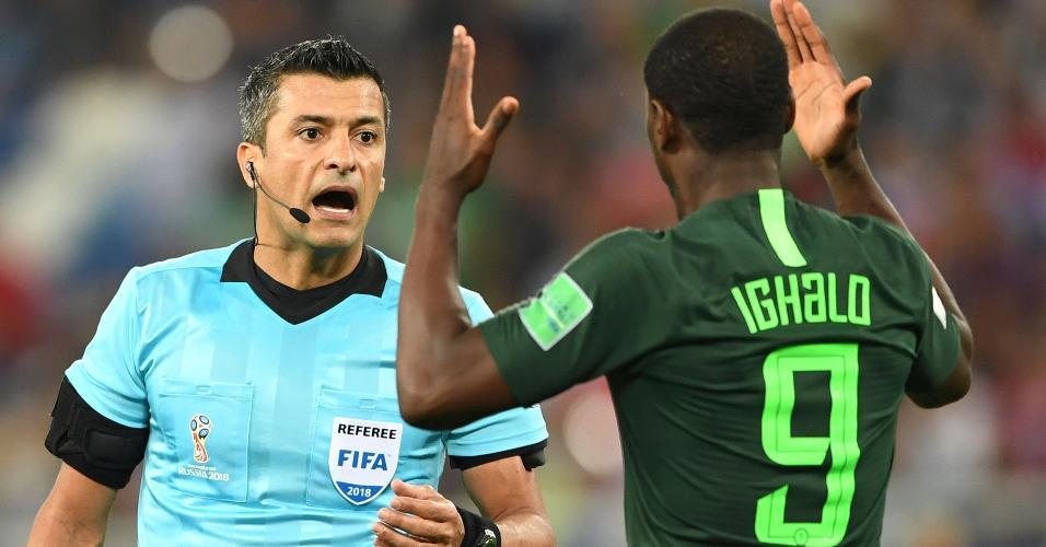 Sandro Meira Ricci vai bem ao assinalar pênalti na partida entre Croácia e Nigéria