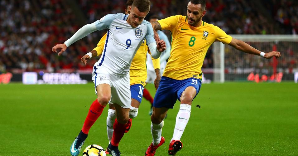 Vardy e Renato Augusto disputam lance em Inglaterra x Brasil