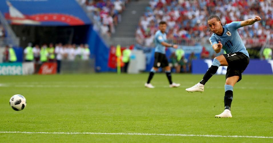 Diego Laxalt chuta para marcar o segundo gol do Uruguai sobre a Rússia