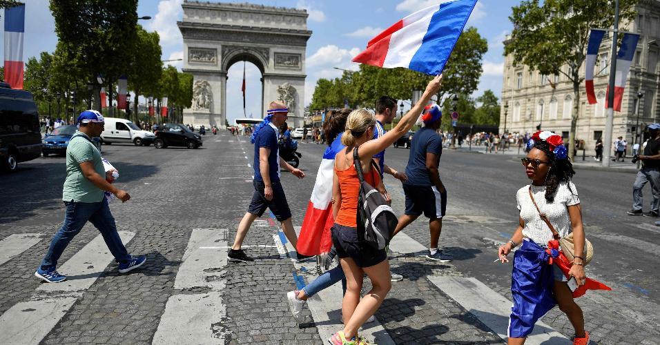 Clima festivo pela Champs Elysees, em Paris, para a final da Copa do Mundo