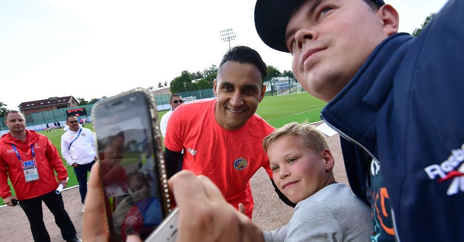 Keylor Navas tira selfie com torcedores depois de treino da Costa Rica