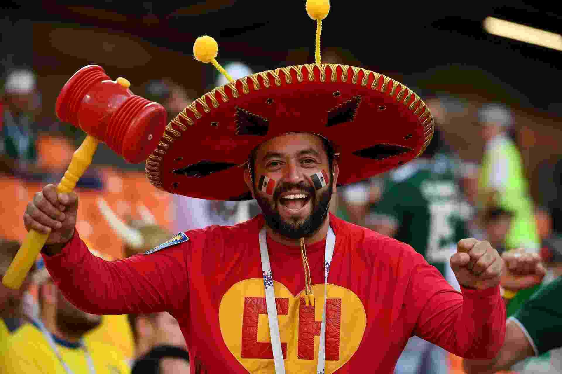 Torcedor mexicano fantasiado de Chapolin para jogo contra Suécia - Anne-Christine Poujoulat/AFP