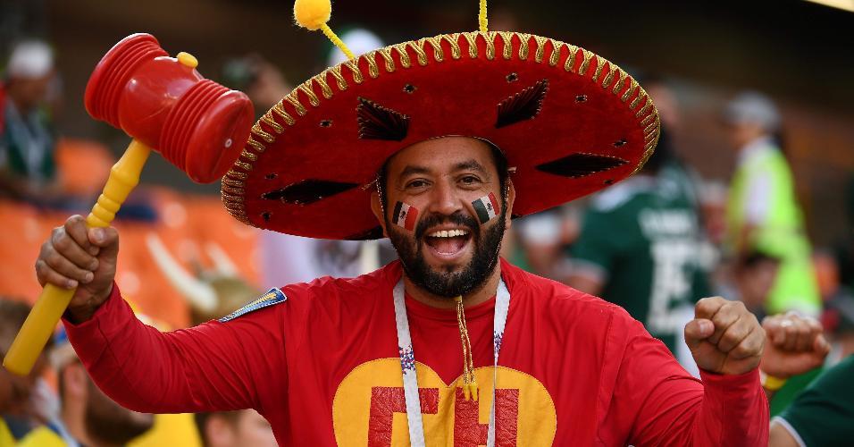 Torcedor mexicano fantasiado de Chapolin para jogo contra Suécia