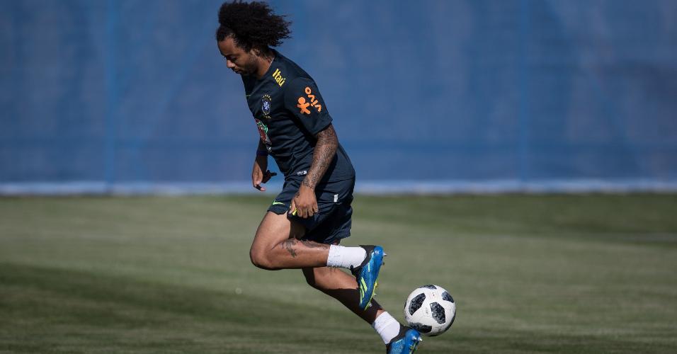 O lateral Marcelo tenta uma carretilha em treino da seleção brasileira, em Sochi