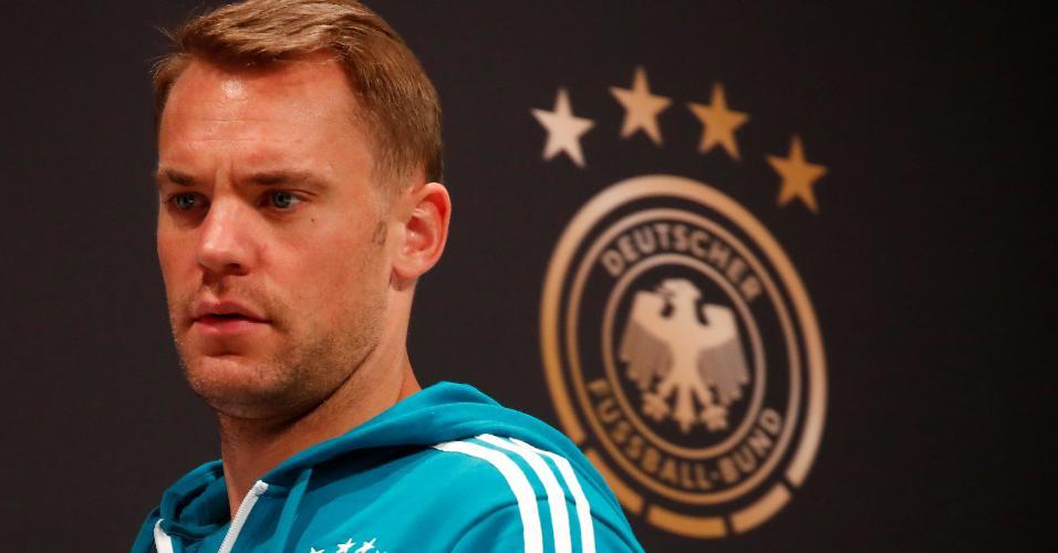 Manuel Neuer chega à sala de entrevistas para falar sobre mau momento da Alemanha