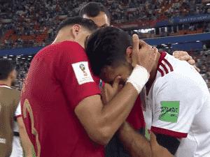 e6274fa668 Jogador iraniano cai no choro após eliminação e é consolado por Pepe
