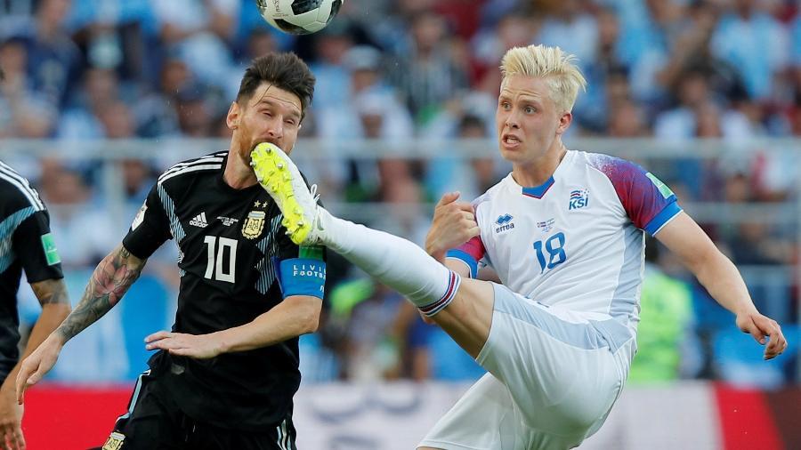 O zagueiro da Islândia Hordur Magnússon disputa bola com Lionel Messi - Maxim Shemetov/Reuters