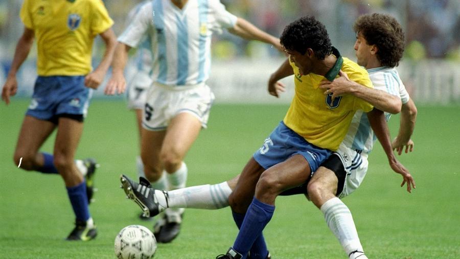 Müller encara Ruggeri no jogo Brasil x Argentina pela Copa do Mundo de 1990 - Allsport UK/Allsport