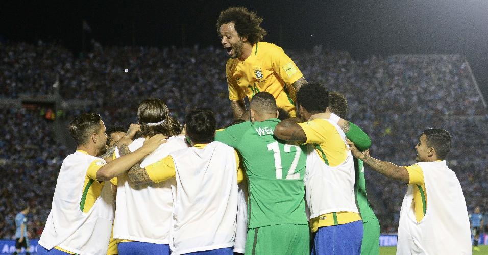 Marcelo comemora gol marcado pelo Brasil contra o Uruguai, pelas Eliminatórias para a Copa de 2018