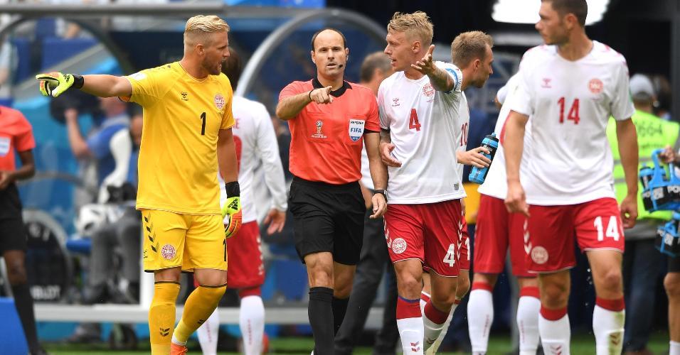 Juiz Antonio Mateu marca pênalti após conssultar árbitro de vídeo em Dinamarca x Austrália
