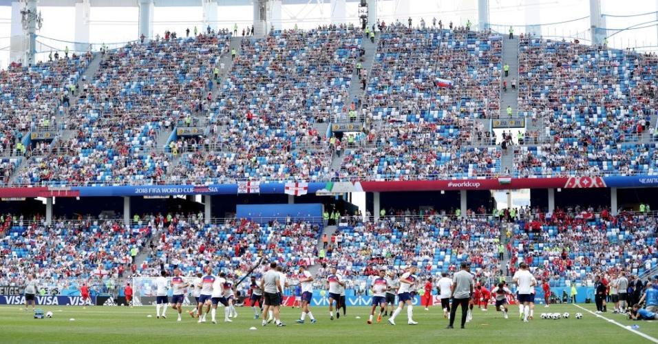 Jogadores se aquecem antes de partida entre Inglaterra e Panamá