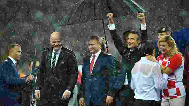 À dir., Kolinda Grabar-Kitarovic abraça o técnico croata na chuva durante premiação - Dylan Martinez/Reuters