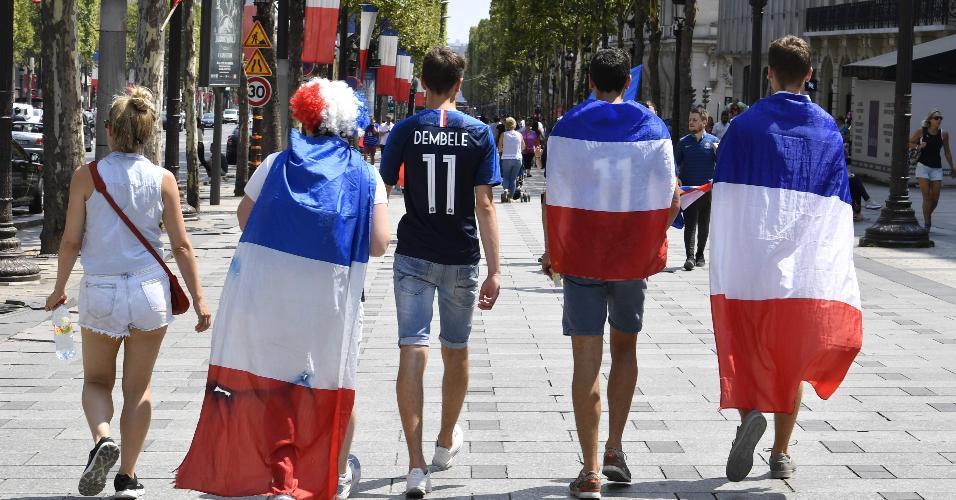 Torcedores franceses andam pela Champs-Elysees e se preparam para assistir à final da Copa do Mundo