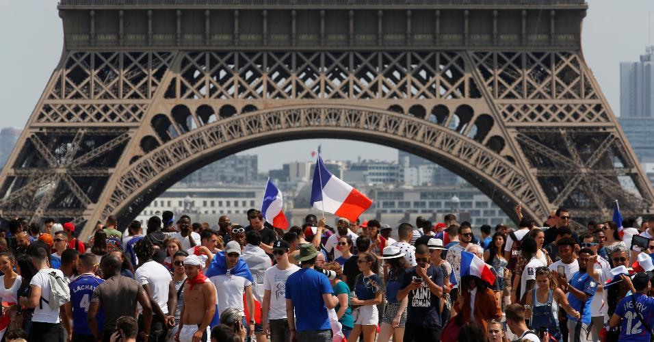 Torcedores franceses na Torre Eiffel para assistir à final da Copa do Mundo