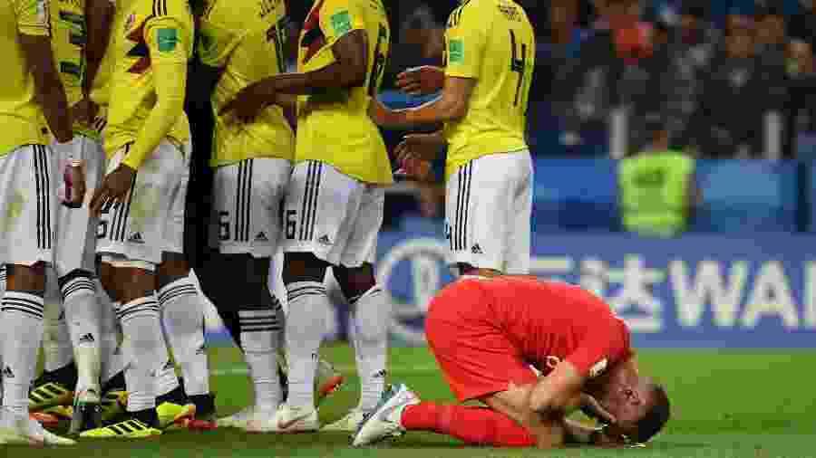 Inglês Jordan Henderson vai ao chão após se envolver em confusão com rival colombiano - AFP PHOTO / YURI CORTEZ