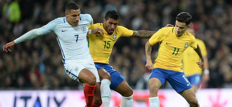 Paulinho e Coutinho disputam contra a Inglaterra: jogo mudou concepções de Tite - Pedro Martins/MoWa Press