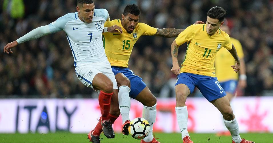 Paulinho e Philippe Coutinho disputam com Livermore no jogo entre Inglaterra e Brasil