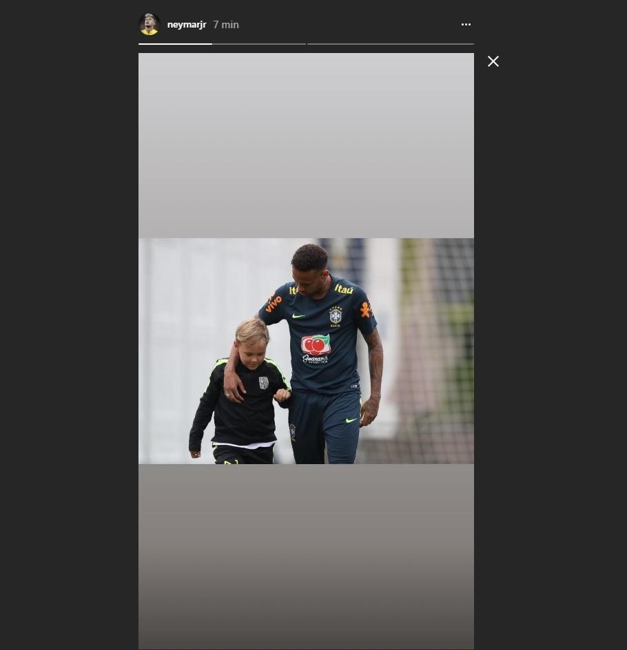 Neymar curte momento com o filho Davi Lucca depois do treino do Brasil