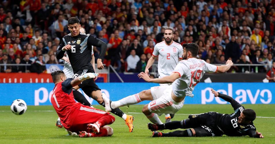 Diego Costa faz o primeiro gol da Espanha contra a Argentina