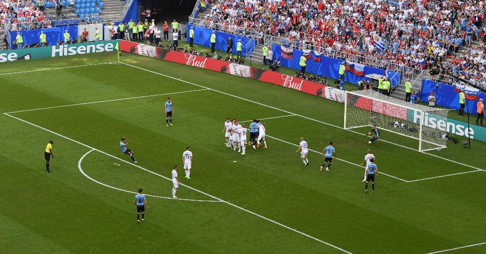 Luis Suárez cobra falta e inaugura o placar para o Uruguai contra a Rússia