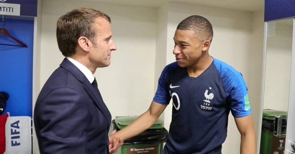 Presidente Emmanuel Macron com o atacante Mbappé