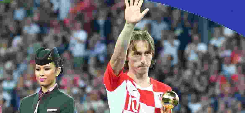 Modric acena após receber o prêmio de Bola de Ouro da Copa do Mundo - Xinhua/Liu Dawei