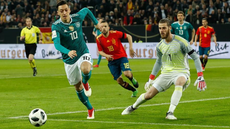 Mesut Ozil em ação pela Alemanha durante amistoso contra a Espanha - Odd Andersen/AFP
