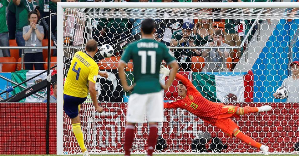 Andreas Granqvist faz o 2º, de pênalti, para a Suécia contra o México