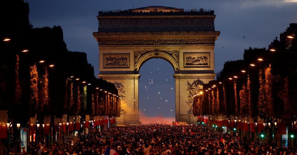 Torcida francesa comemora na Champs-Élysées a classificação para a final da Copa