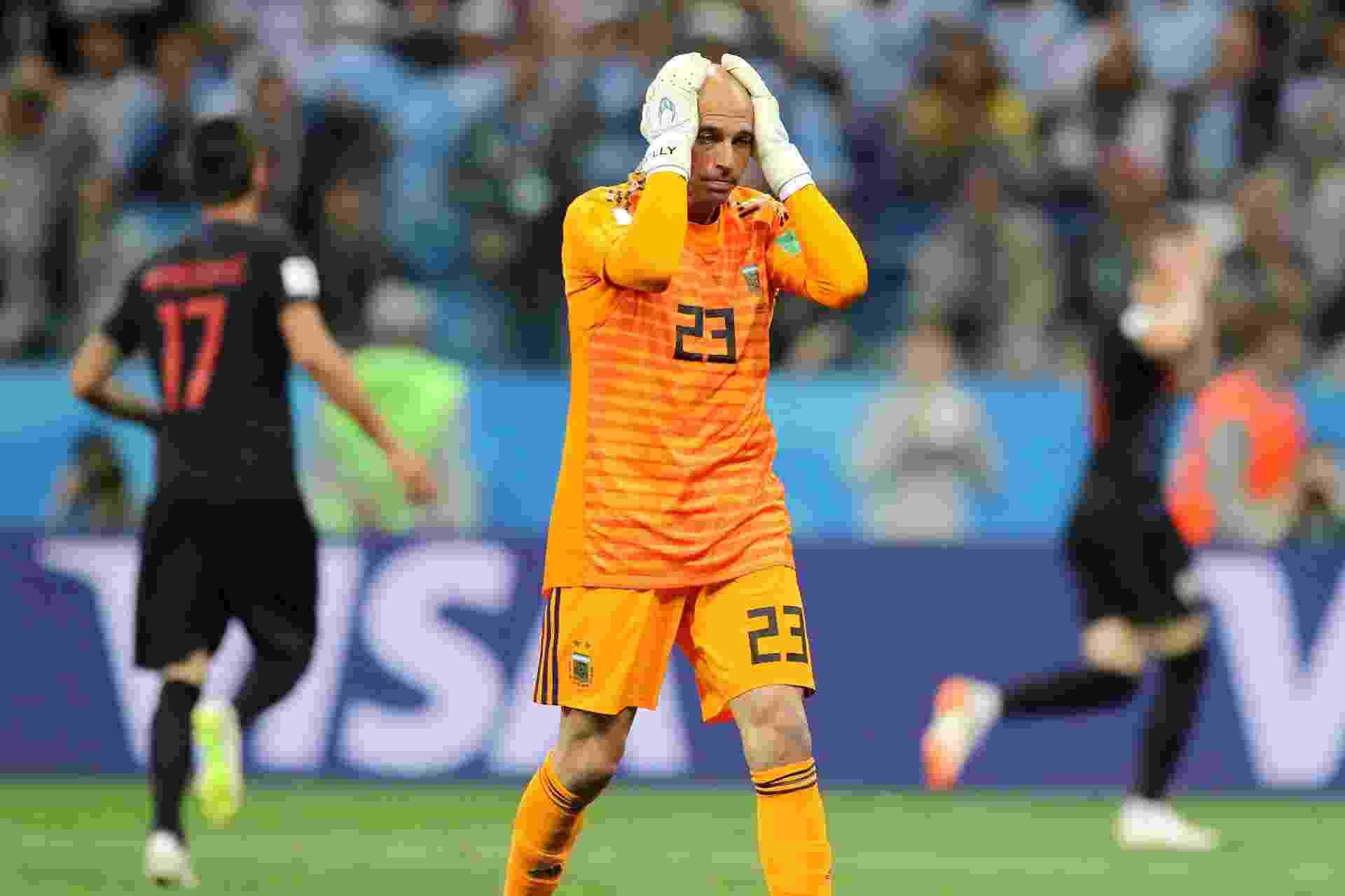 Willy Caballero lamenta falha que resultou no gol da Croácia diante da Argentina, em jogo pelo Grupo D da Copa do Mundo de 2018 - Elsa/Getty Images