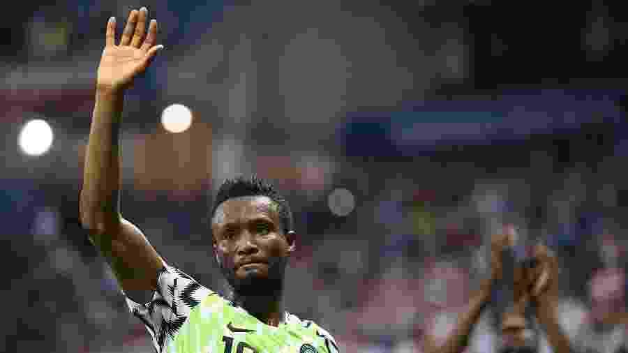 John Obi Mikel agradece apoio da torcida após vitória da Nigéria sobre a Islândia por 2 a 0 - Xinhua/Lui Siu Wai