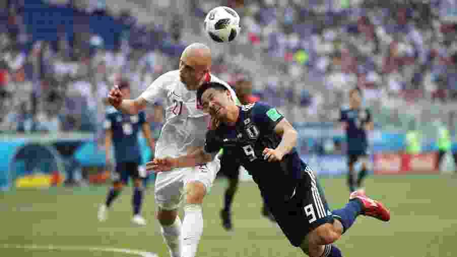 Shinji Okazaki disputa bola com Rafal Kurzawa em Japão x Polônia - Julian Finney/Getty Images