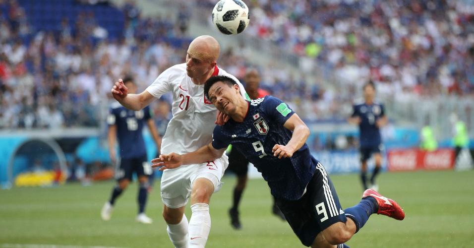 Shinji Okazaki disputa bola com Rafal Kurzawa em Japão x Polônia