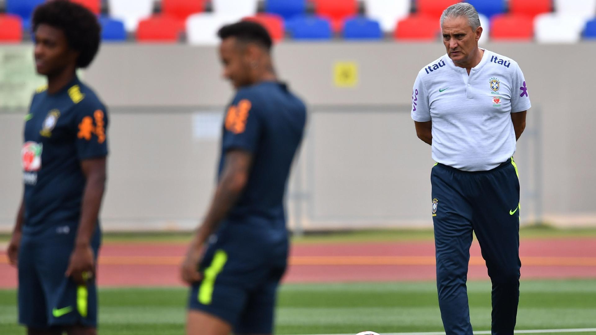 O técnico Tite observa jogadores na última atividade da seleção brasileira em Sochi