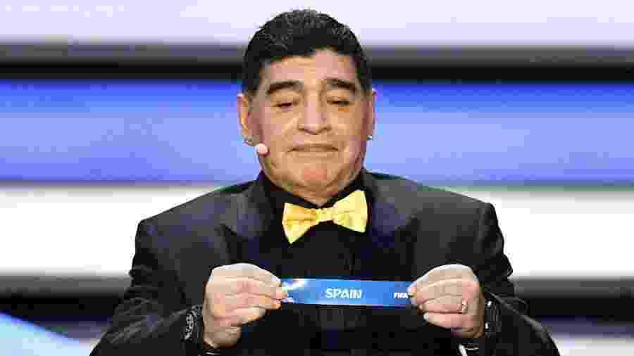 Diego Maradona sorteia Espanha para grupo B da Copa - Mladen Antonov/AFP