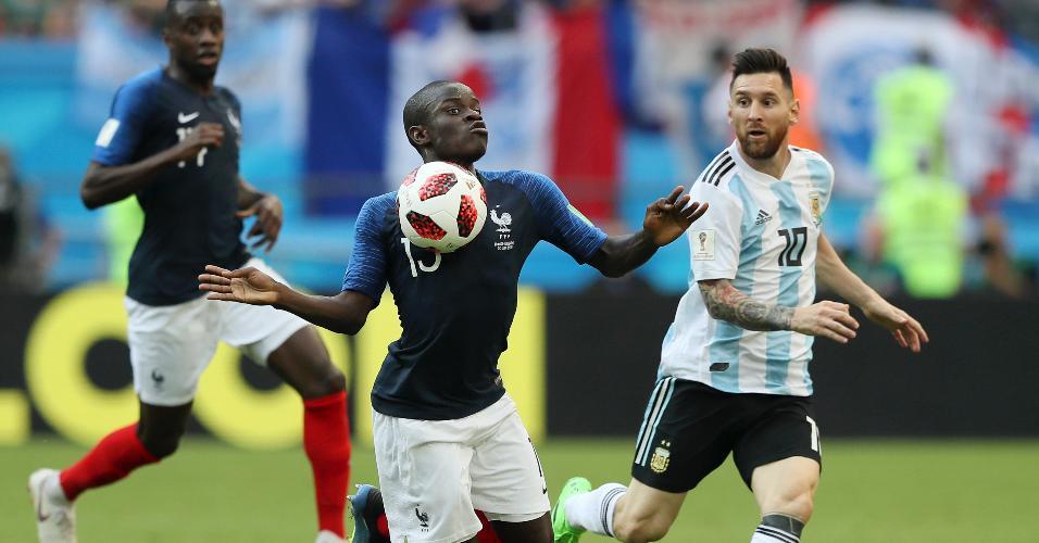 Kante domina a bola na frente de Messi