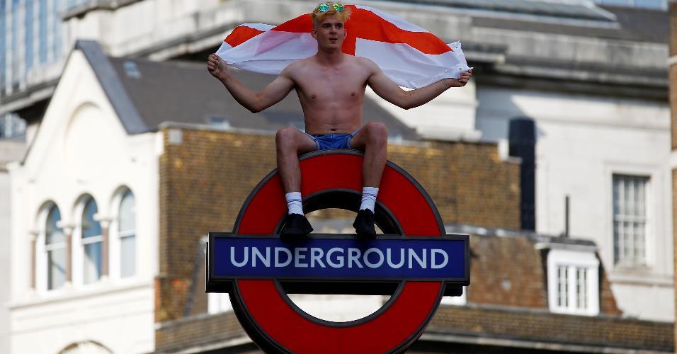 Torcedor comemora classificação da Inglaterra em poste do metrô de Londres