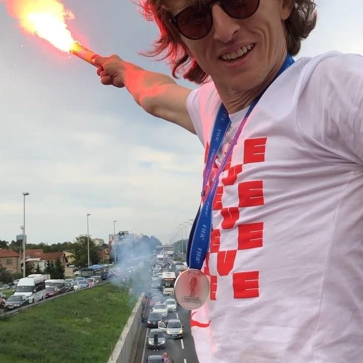 Luka Modric segura sinalizador durante festa da Croácia
